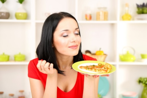 mindful-eating-tips-woman-with-pizza